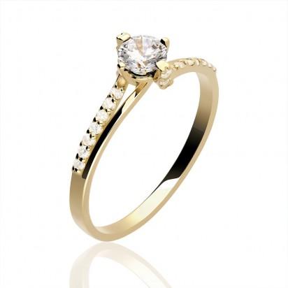 Złoty pierścionek na zaręczyny.