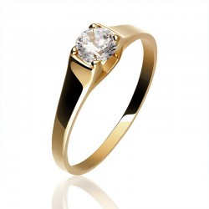 Złoty pierścionek z cyrkonią.