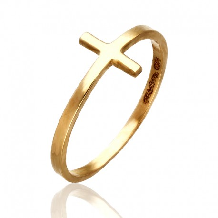 Motyw krzyża w złotym pierścionku.
