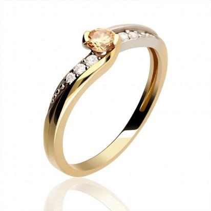 Imponujący złoty pierścionek z cyrkoniami.